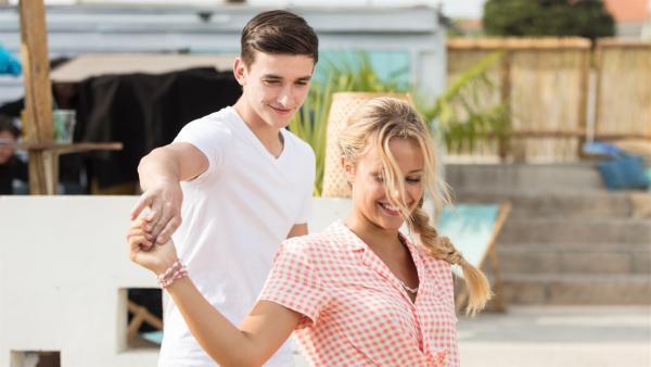 Wie aus dem Nichts ist Nico (Jake Swift) vor Lena (Jessica Lord) aufgetaucht und hat sie am Strand zum Tanzen aufgefordert. | Rechte: ZDF/Nicolas Velter
