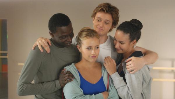 (V.li.:) Isaac (Terique Jarrett), Lena (Jessica Lord), Jeff (Castle Rock Peters) und Ines (Eubha Akilade) umarmen sich glücklich. Sie haben es alle vier in die letzte Stufe der Ausbildung an der Pariser Ballettschule geschafft.   Rechte: ZDF/Nicolas Velter