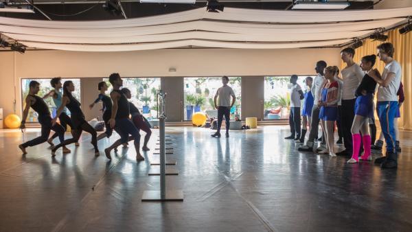 Die Tanzschüler aus Paris (re.) schauen bewundernd der CJ Compagnie beim Tanzen zu. Mit diesen Profis dürfen sie in den nächsten Wochen in einem Workshop trainieren. | Rechte: ZDF/Nicolas Velter