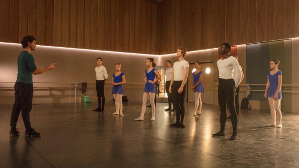 Ballettlehrer Armando Castillo (Rik Young, l.) ist genauso angespannt wie seine Ballettklasse. Das entscheidende Vortanzen steht demnächst bevor und er möchte, dass alle seine Schüler sehr gut abschneiden. | Rechte: ZDF/Nicolas Velter