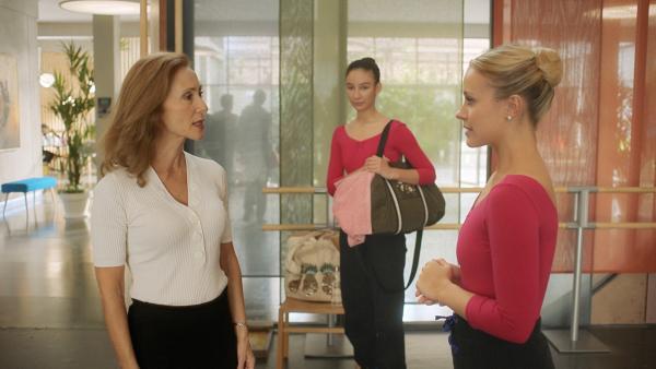 Madame Carré (Katherine Erhardy) teilt Lena (Jessica Lord) mit, dass sie, obwohl sie eigentlich einen Schulverweis hatte, doch noch am Vortanzen für die nächste Klassenstufe teilnehmen darf. Um an der Schule bleiben zu dürfen, muss sie allerdings die volle Punktzahl erreichen. Ines (Eubha Akilade) verfolgt das Gespräch gespannt.   Rechte: ZDF/2020 Cottonwood Media/Opéra national de Paris/ZDF Enterprises