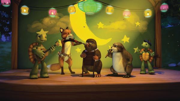 Franklin und Bär sind zum Glühwürmchen-Fest eingeladen. Franklin freut sich darauf zu tanzen. Vor allem aber auf das Spiel mit dem Scheinwerfer. Der Tänzer, der angeleuchtet wird, muss alles geben und zeigen was er kann.   Rechte: KiKA/Nelvana Limited/Infinite Frameworks  Pte Ltd.