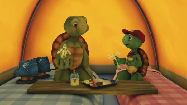 Franklin und Bär wollen zu einem lange geplanten Camping-Abenteuer im Garten aufbrechen. Doch Bär muss stattdessen mit seiner Familie Verwandte besuchen. Franklin ist darüber sehr traurig. | Rechte: KiKA/Nelvana Limited/Infinite Frameworks  Pte Ltd.
