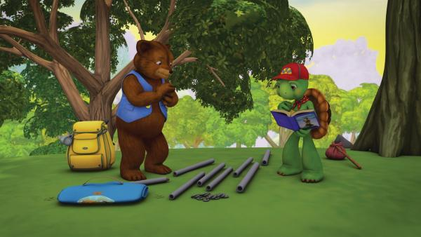 Franklin und Bär spielen Abenteurer. Laut Franklins Abenteurerbuch ist die oberste Regel, dass man als echter Abenteurer alles ohne fremde Hilfe macht. Doch bald stellen sie fest, das ist schwieriger als gedacht. | Rechte: KiKA/Nelvana Limited/Infinite Frameworks  Pte Ltd.