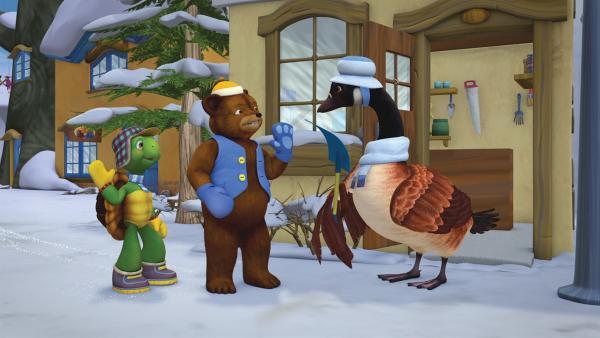 Franklin und Bär bieten Frau Gans ihre Hilfe beim Schneeschaufeln an. | Rechte: KiKA/Nelvana Limited/Infinite Frameworks Pte Ltd.