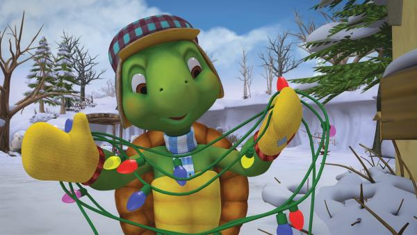 Franklin versucht, eine winterliche Lichterkette zu entwirren. | Rechte: KiKA/Nelvana Limited/Infinite Frameworks Pte Ltd.