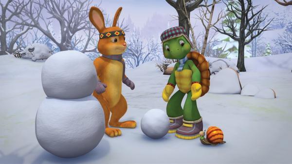 Kaninchen, Franklin und Schnecke bauen einen Schneemann. | Rechte: KiKA/Nelvana Limited/Infinite Frameworks Pte Ltd.