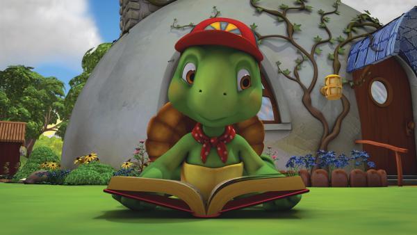 Franklin studiert im Garten sein Insektenbuch. | Rechte: KiKA/Nelvana Limited/Infinite Frameworks Pte Ltd.