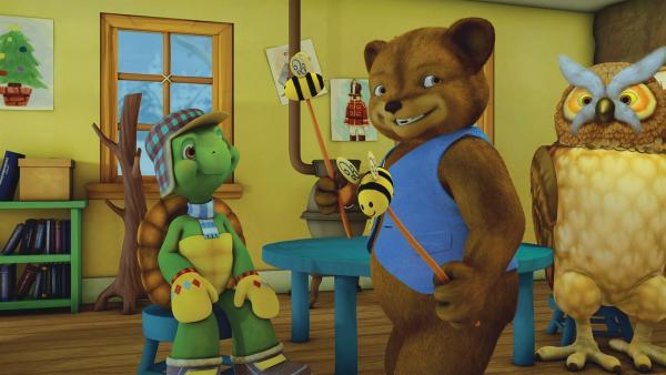Bär und Schnecke spielen Franklin die Idee für ihr Sommer-Lied vor. | Rechte: KiKA/Nelvana Limited/Infinite Frameworks Pte Ltd.