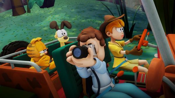 Um nach Lyman zu suchen, fährt Angie zusammen mit Jon, Garfield und Odie in ihrem Jeep Richtung Dschungel. | Rechte: HR/Dargaud Media/MediaToon/Paws Inc./France 3