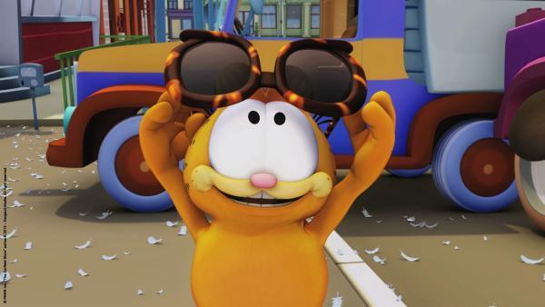 Garfield betrachtet neugierig die Zukunftsbrille. | Rechte: HR/Dargaud Media/MediaToon/Paws Inc./France 3