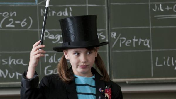 Lilly (Talessa Scheithauer) möchte Zauberkunststücke vorführen. Bei der Probe misslingen alle ihre Tricks. Sie macht sich vor den anderen Schülern lächerlich. | Rechte: EBU/SR/Thomas M. Jauk