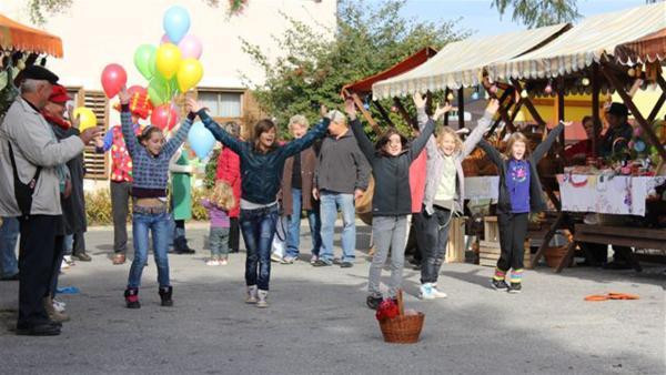 Mala (Mitte) singt und tanzt für ihr Leben gern. Trotzdem wird sie von den Mädchen in ihrer Tanzgruppe nicht richtig ernst genommen. | Rechte: EBU/SR