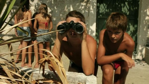 Luca hält Ausschau, was sein kleiner Bruder Marko so treibt. | Rechte: EBU/SR