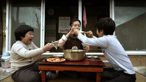 Kang und San beschließen ihrer Mutter ein Suppenhuhn zum Geburtstag zu schenken. | Rechte: SR/EBU/An Sojin