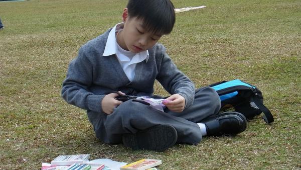 Beim gemeinsamen Drachenbauen merkt Ka-Lok, dass auch das was mit Mathe zu tun hat und eigentlich gar nicht so schwer ist. | Rechte: SR/EBU/RTV Hongkong/Rachel Luk