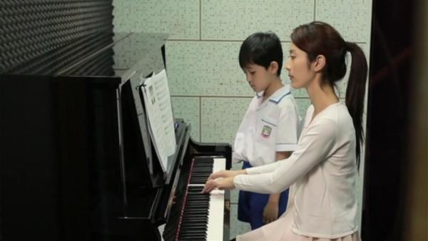 Lok hat keine Freude am Klavierunterricht – immer soll er bloß üben, üben, üben. | Rechte: RTHK