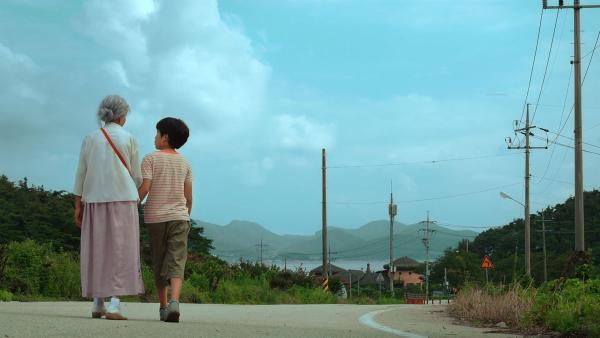 Hoyu wohnt allein mit seiner Oma auf dem Land. | Rechte: EBS