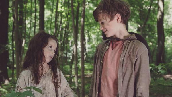 Miko (Valentin Wessely) merkt, dass er gar keine Angst vor Zombriella (Emelie Harbrecht) haben braucht. | Rechte: SR/ProSaar