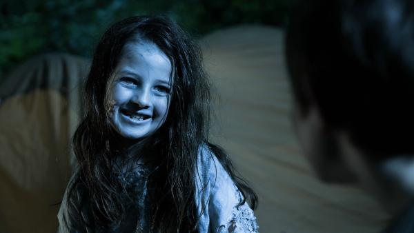 Die kleine Zombriella (Emelie Harbrecht) hat es in seinen Alpträumen auf Miko (Valentin Wessely) abgesehen. | Rechte: SR/ProSaar