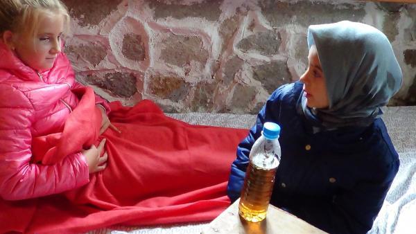 Während der Klassenfahrt verderben sich Yanas Mitschüler den Magen. Mit ihrem Wissen über die Natur kann Yana ihnen helfen. | Rechte: BNT Bulgaria/EBU