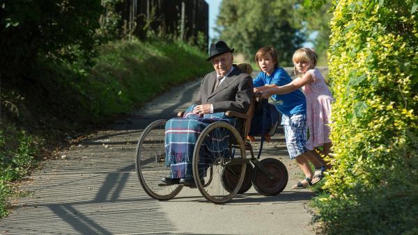 Brona und Jirka wissen, was Opa braucht – frische Luft und ein bisschen Action. | Rechte: SR/CT Tschechien