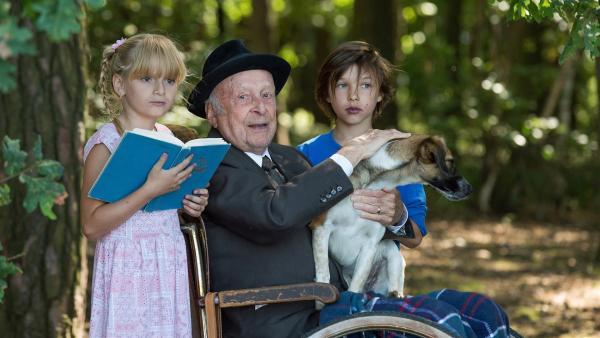 Auf ihrem Ausflug mit Opa finden die Geschwister sogar ein Hündchen. | Rechte: SR/CT Tschechien