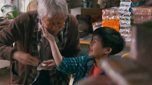 Herr Wong zeigt Ming, wie man die traditionellen Reiskuchen zubereitet. | Rechte: SR