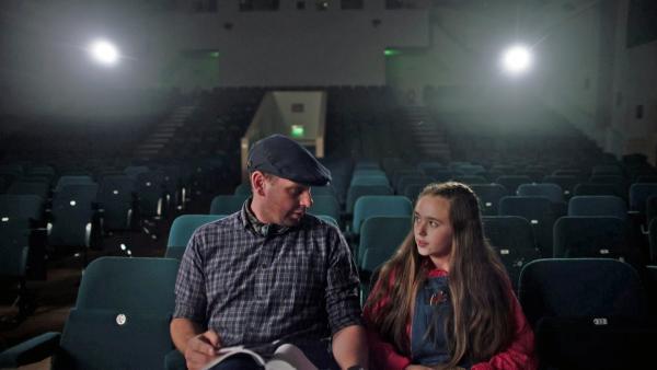 Kriselle ist mit ihrem Vater im Theater. | Rechte: SR