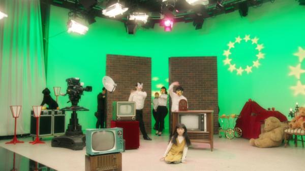 Sakuko vermisst ihren kleinen Bruder. Bei der Besichtigung des Fernsehsenders ist er verschwunden. | Rechte: SR/NHK