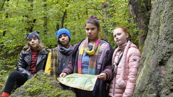 (V.l.:) Lilia (Amy Fürstenfeld), Sophie (May Fischer), Marla (Eda Jülide Sari) und Tilly (Lola du Bled Michels) sind an der Höhle angekommen. Sie müssen sihc zusammenreißen, um die Aufgabe im Ferienlager zu lösen. | Rechte: SR/ProSaar Medienproduktion GmbH/Christiane Pausch