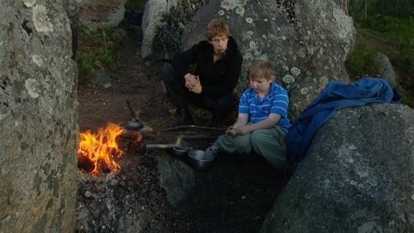 Joel (re.) ist in den Wald geflüchtet, wo er mit Jesse (li.) ein Lagerfeuer macht. | Rechte: ZDF/European Broadcasting Union