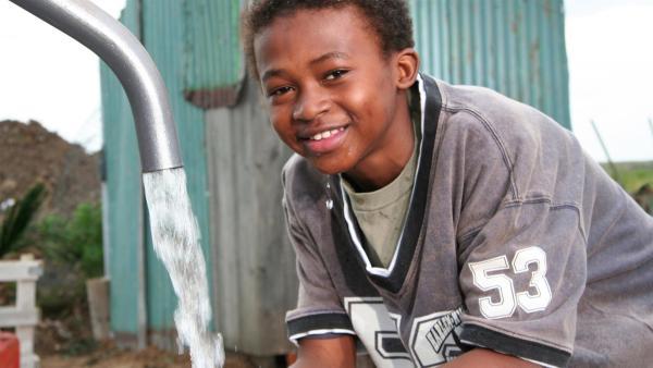 Freyja engagiert sich in ihrer Freizeit für notleidende Kinder in Afrika: sie sammelt mit ihren Mitschülern Spenden für einen neuen Brunnen. | Rechte: ZDF/European Broadcasting Union