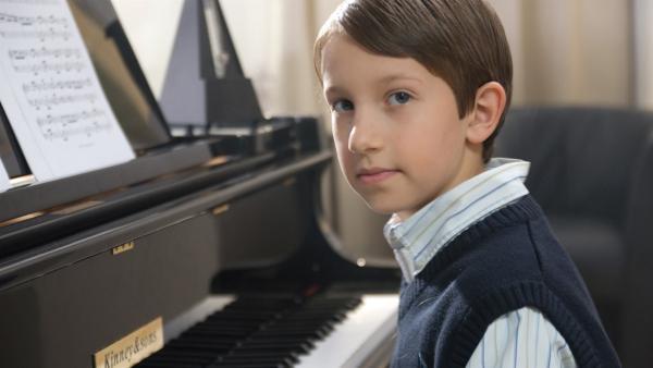 Alexander (Ben Alexander Höber) spielt gern Klavier. | Rechte: SR/Jimmy Gorilla
