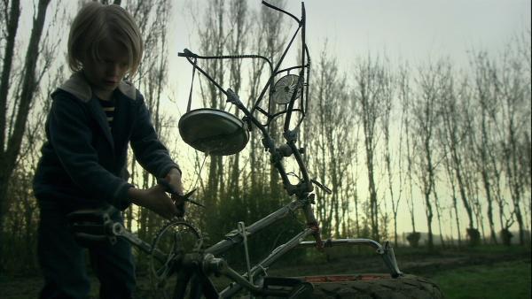 Stijn (Thomas Aelbers) ist untröstlich: sein Hamster Frank liegt tot im Käfig. Und nun? Wie kommt Frank jetzt in den Hamsterhimmel? Stijn sucht nach dem besten Weg. | Rechte: SR/EBU