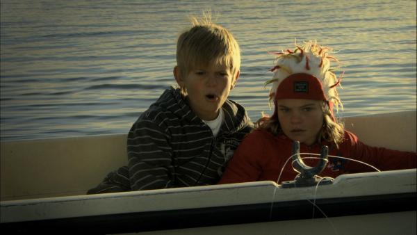 Tommi (Alfgrimur Adalsteinsson) und seine kleine Schwester Disa (Kristjana Yr Kristinsdottir) sind allein im Boot und begegnen einem richtig großen Fisch. | Rechte: SR/RUV