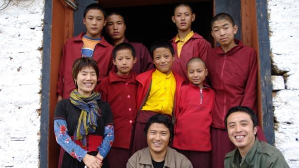 Ein buddhistisches Kloster hoch über den Wolken im Himalaya. Tashi ist erleichtert, dass die anderen Mönche Jungen sind wie er selbst. Sie spielen in der Freizeit Fußball oder sehen Fern. | Rechte: EBU/SR