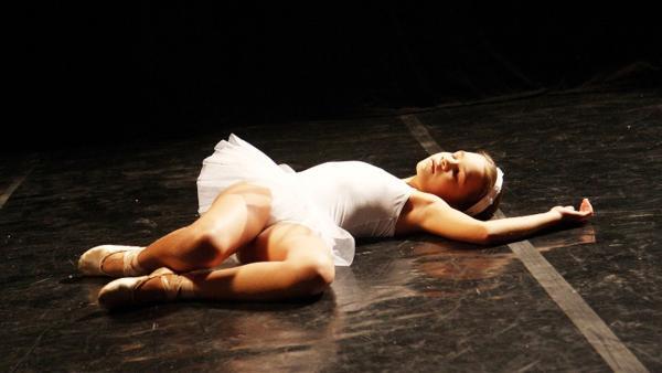 Agnes (Lucie Bergmannová) bricht auf der Bühne zusammen. | Rechte: EBU/SR/Patrik Stanko