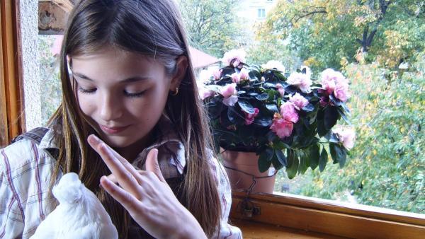 Nina lebt allein mit ihrem Vater in einem schönen Haus im Grünen und ist recht glücklich dabei. | Rechte: EBU/SR
