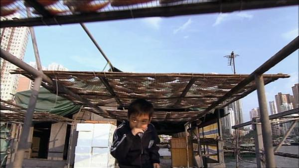 Ah-fai verliebt sich in Lam-Lam, ein Mädchen aus der Klasse über ihm. Sie wohnt mit ihren Eltern auf einem Boot. | Rechte: EBU/SR