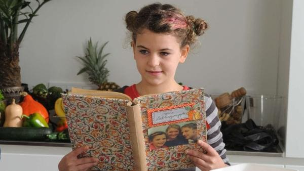 Lucy (Anzhelika Makyevska) will Pfannkuchen backen. | Rechte: EBU/SR/Hardy Spitz