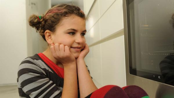 Die 9-jährige Lucy (Anzhelika Makyevska) möchte unbedingt so eine gute Köchin werden wie ihre Mutter. | Rechte: EBU/SR/Hardy Spitz