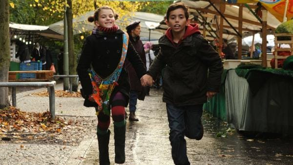 Lucy (Anzhelika Makyevska) sucht mit Cem (Kücük Ercüment) den Markt nach ihrem Vater ab. | Rechte: EBU/SR/Hardy Spitz