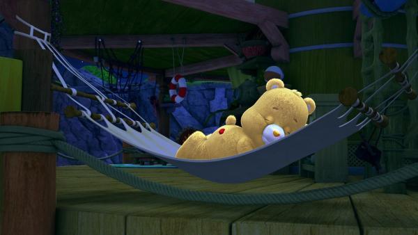Schmusebärchi schläft tief und fest in der Hängematte. | Rechte: KiKA/TCFC