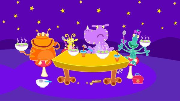 Die Monsterkinder JamJam, Winzelschön, Schuffelplumps und Piepa (v.l.n.r.) bei der Mitternachtspause.   Rechte: ZDF/Cbeebies