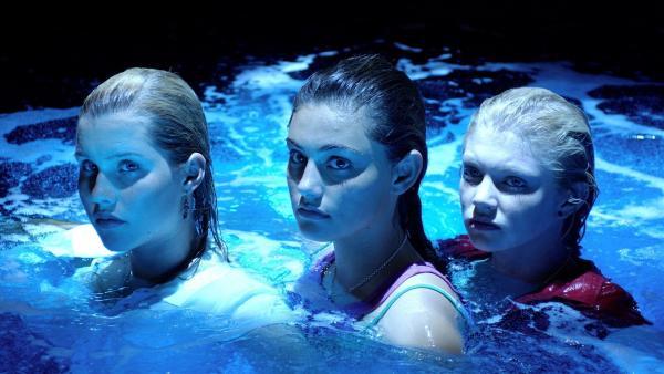 V.l.n.r.: Emma (Claire Holt), Cleo (Phoebe Tonkin) und Ricky (Cariba Heine) sind Meerjungfrauen und haben magische Kräfte. | Rechte: ZDF/Jasin Boland