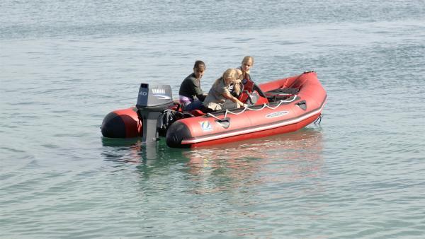 Cleo (Phoebe Tonkin, li.), Emma (Claire Holt, Mitte) und Rikki (Cariba Heine, re.) sind mit dem Boot auf dem offenen Meer unterwegs als das Benzin ausgeht. | Rechte: ZDF/Jasin Boland