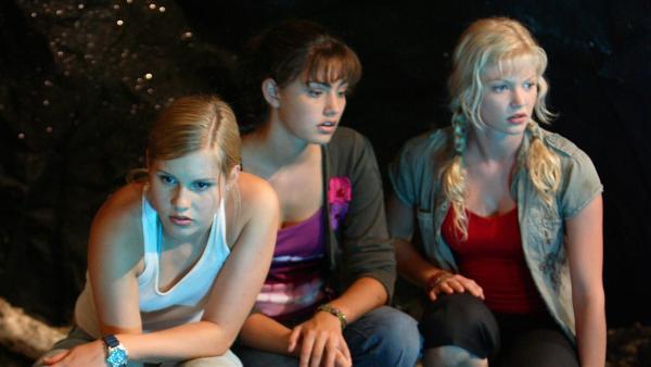 Cleo (Phoebe Tonkin, Mitte), Emma (Claire Holt, li.) und Rikki (Cariba Heine, re.) entdecken auf Mako Island eine Höhle mit einem See, der unterirdisch mit dem offenen Meer verbunden ist. | Rechte: ZDF/Jasin Boland