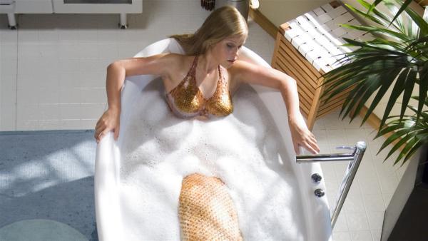 Emma (Claire Holt) bei ihrem morgendlichen Bad. 10 Sekunden nach der Berührung mit Wasser wird sie zur Meerjungfrau. | Rechte: ZDF/Jasin Boland