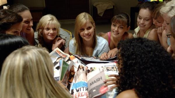 Emma (Claire Holt, Mitte) im Kreise ihrer Freundinnen bei einer Übernachtungsparty in ihrem Haus. | Rechte: ZDF/Jasin Boland